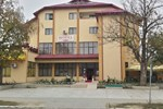 Отель Hotel Tata Si Fii