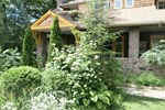Гостевой дом Whispering Pines Inn Bed and Breakfast and Cottage