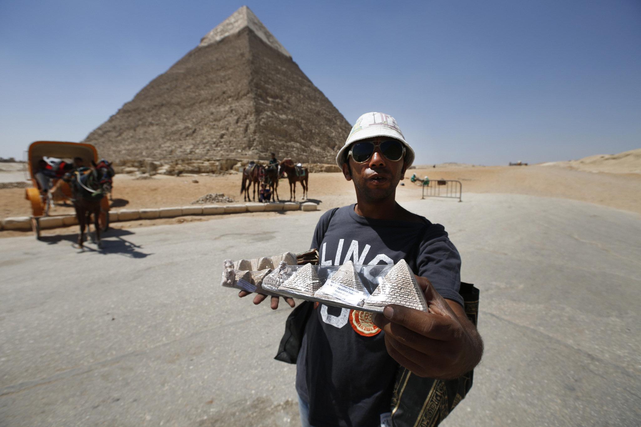 Картинки по запросу фото торговцы сувенирами в Египте