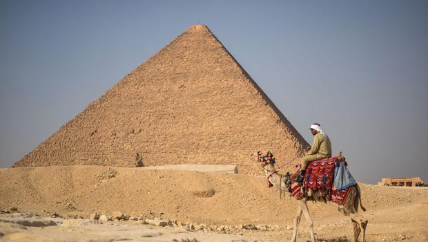 У египетских пирамид запретят торговлю и катание на верблюдах
