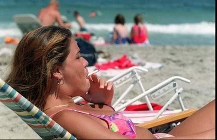 """На пляжах Майорки и Ибицы вводится """"мягкий"""" запрет курения"""