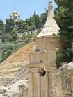 Гробница Авессалома в долине Кедрон (на заднем плане купола церкви Св. Марии Магдалины)