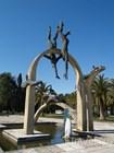 Памятник на набережной Пицунды