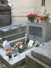 Могила Джима Моррисона всегда в цветах
