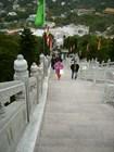 Подняться к Будде можно пешком