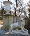 Скульптуры львов у лестницы возле дворца