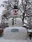 Огромный снеговик