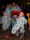 Семьи в одинаковых костюмах вызывали особенное оживление у участников карнавала