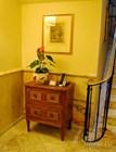Отель обставлен антикварной мебелью