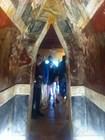 Украшенный фресками коридор