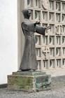 Статуя Франциска Ассизского у францисканской церкви Св. Антония