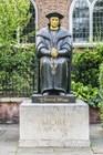 Статуя Томаса Мора перед Старой церковью Челси