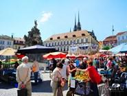 Летний уличный рынок на Zelny trh