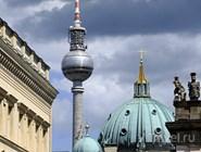 Берлинская телебашня и купол кафедрального собора