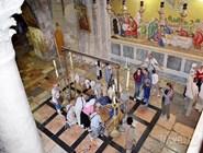 Паломники у Камня Помазания в Храме Гроба Господня