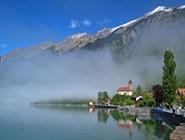 Окутанный туманом озеро Бринцер-Зе