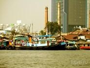 Трущобы и рыбацкие суда на реке Чао Прайя