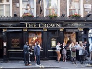 Туристы у паба The Crown на Brewer Street