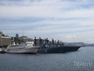 Военные корабли напротив штаба Тихоокеанского флота