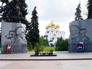 Вечный огонь и воссозданный в московском стиле Успенский собор