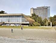 Прогулки по пляжу санатория в Пицунде в несезон