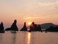 Камни Хасигуйива, которые, как верят японцы, накидал в море святой Кободайси