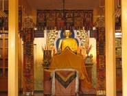 Трехметровая статуя Будды Шакьямуни в Тсуглаг Кханг, главном храме Дарамсалы