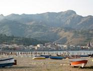 Пляж Giardini-Naxos ранним утром