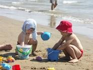 Игры с песком на пляже в Бибионе