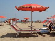 Лежаки и зонтики от солнца на пляже Polikoro
