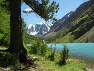 Шавлинское озеро. Вид на вершины Сказка и Красавица