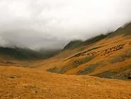 Непогода над долиной Елангаша. А на склоне пасется стадо яков