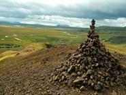 Соорудить на вершине горы небольшую пирамиду из камней — дать жизнь маленькому троллю и обеспечить себе удачу. // фото автора