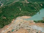 На переднем плане видна дамба, образованная застывшим грязевым потоком. Фото автора