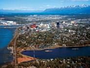 Анкоридж, крупнейший центр Аляски. Население — 275 тысяч человек. Расположен на берегу залива Кука. На заднем плане — Чугачские горы