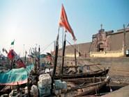 Бывшее португальское владение, порт Даман, в устье Даманской Ганги, некогда заполненный боевыми парусниками из Лиссабона, теперь принадлежит миролюбивым рыбацким шхунам