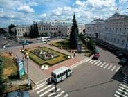 Площадь Ленина если и мало отношения имеет к исконному центру древнего города, то теперь служит сердцем его деятельности