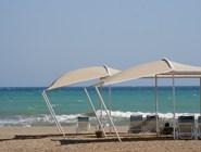 Море, пляж и лежаки