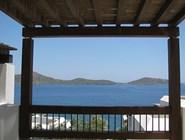 Балкон с видом на море в отеле Elounda Village