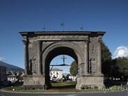 Знаменитая арка Августа