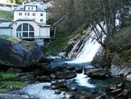 Водопад и небольшая гидро-электростанция