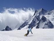 Сноубордист на склонах Домбая