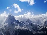 Домбай окружают высокие снежные вершины