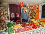 Дружелюбный продавец из палатки на Пионерском проспекте в Джемете