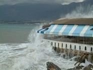 Прибрежный ресторан в непогоду
