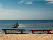 Скамейки на пляже в Комарово