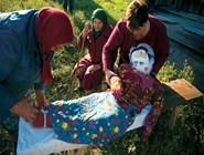 куклу сначала наряжают и оплакивают, а затем разрывают и развеивают ее в поле