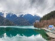 Озеро Рица ранней весной