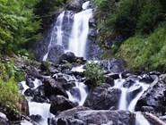 Один из многочисленных водопадов в окрестностях озера Рица