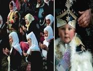 во время церемонии обрезания мальчиков их матери молятся снаружи